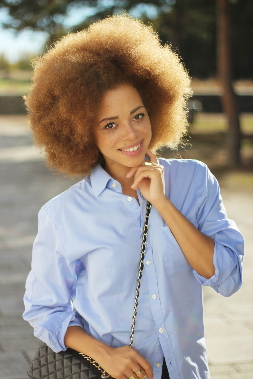 fatimayarie-afro-redcurls-mixedgirl-smile-naturalcurls-blue-mensshirt-img_3420