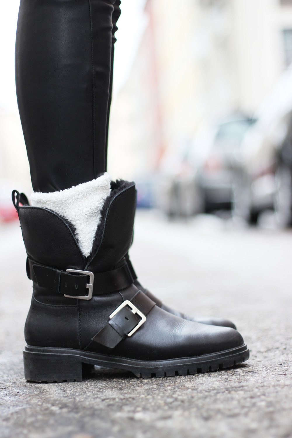 fatimayarie-black-bikerboots-zara-leatherpants-whitecosysocks-img_6005