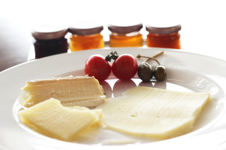 fatimayarie-oriental-breakfast-abudhabi-dubai-cheese-marmelade-img_6504