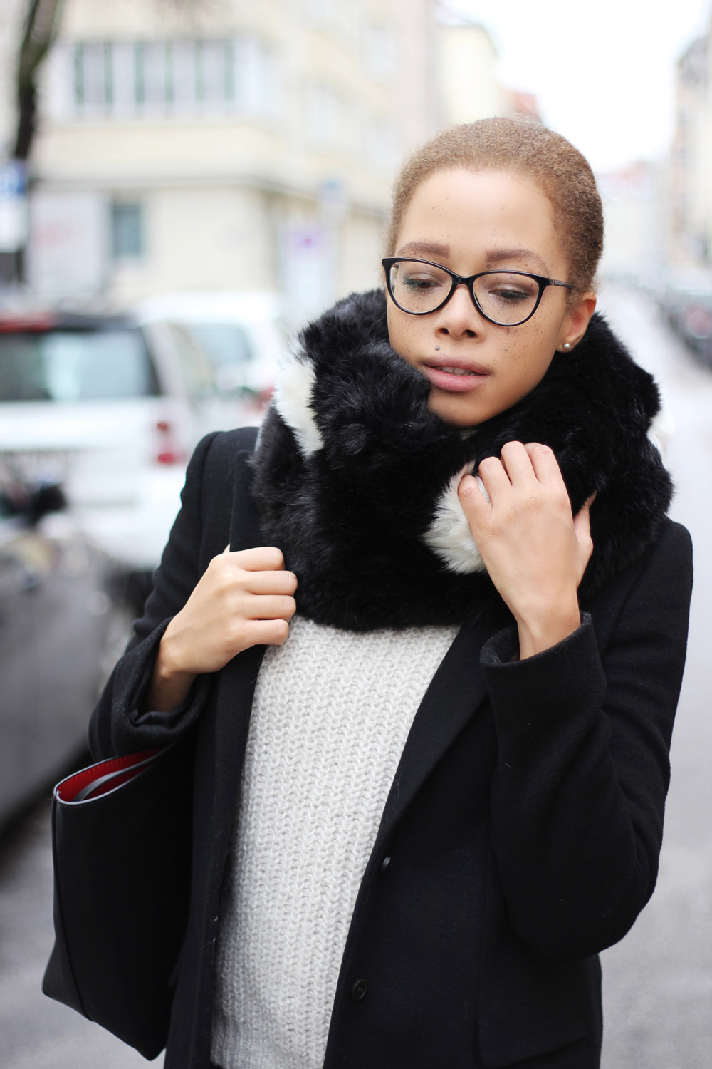 fatimayarie-snood-blackandwhite-versace-glasses-knitsweater-blackcoat-img_5994