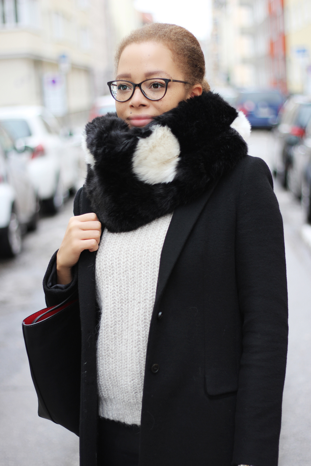fatimayarie-versace-glasses-snood-blackandwhite-cream-knitsweater-blackcoat-img_5989