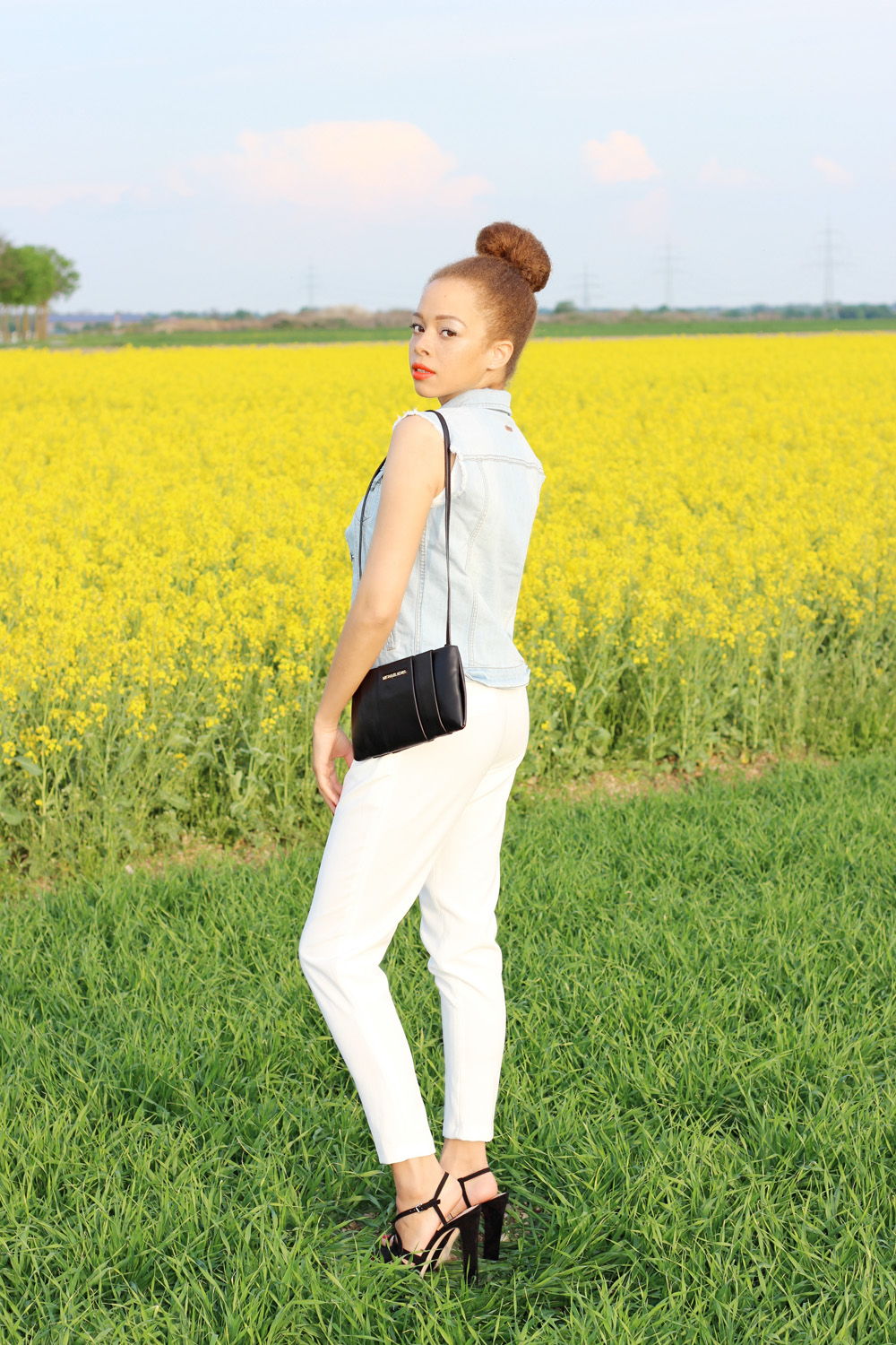 fatimayarie-whitejumper-redhair-michaelkors-clutch-jeans-img_3598