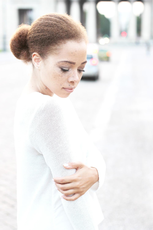 fatimayarie-whitesweater-freckles-neckbun-redcurls-mixedgirl-img_1506