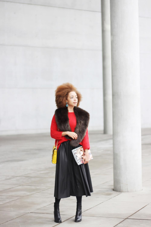 fatimayarie-afro-coccinelle-lemonbag-redsweater-fauxfurscarf-pleatedskirt-vogue-img_6500
