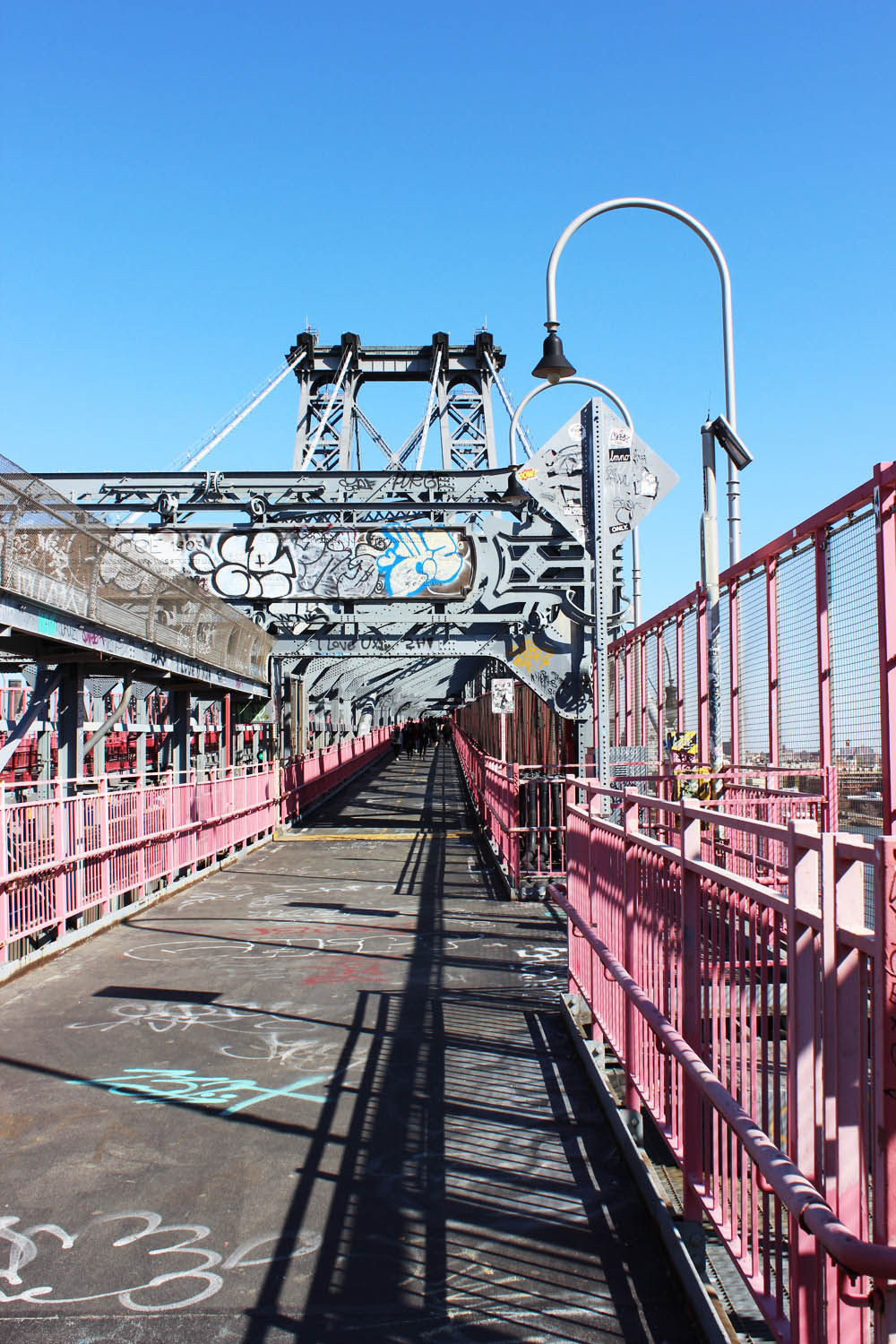 fatimayarie-newyorkcity-williamsburgbridge-graffiti-bluesky-travelblog-img_7997