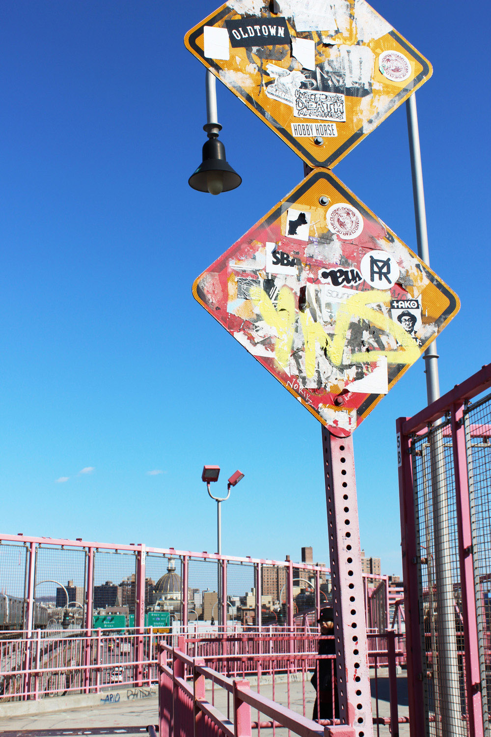 fatimayarie-newyorkcity-williamsburgbridge-sign-graffiti-travelblog-img_8006