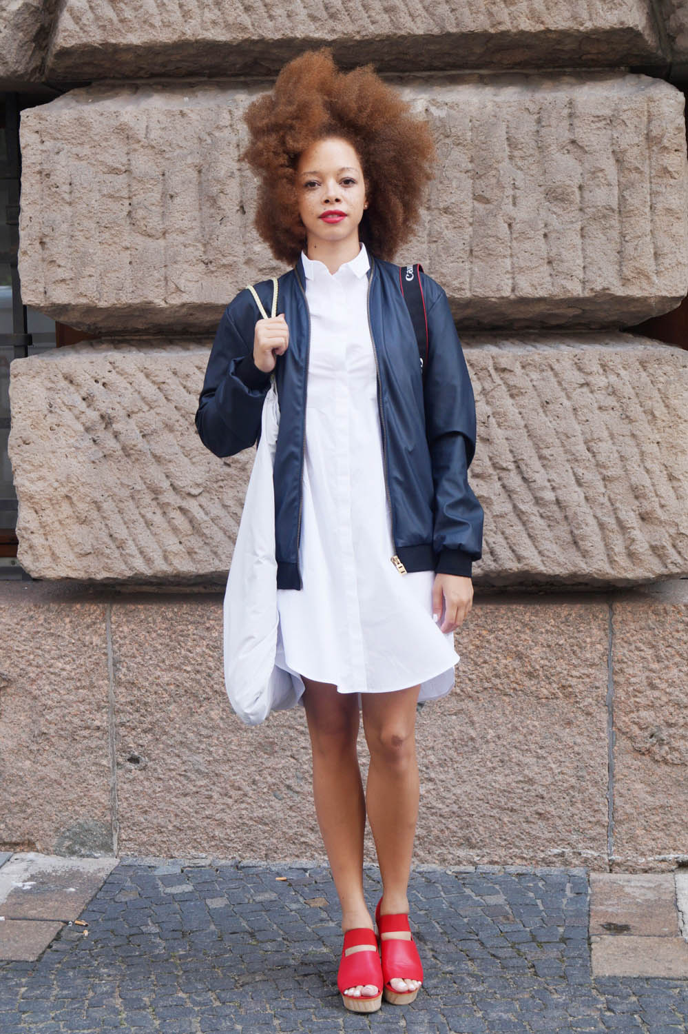 fatimayarie-afro-berlinfashionweek-bomberjacket-cos-whiteshirtdress-redclogs-img_0368