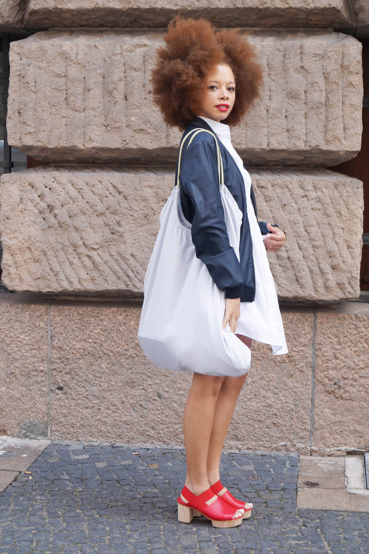 fatimayarie-afro-berlinfashionweek-bomberjacket-cos-whiteshirtdress-redclogs-img_0369