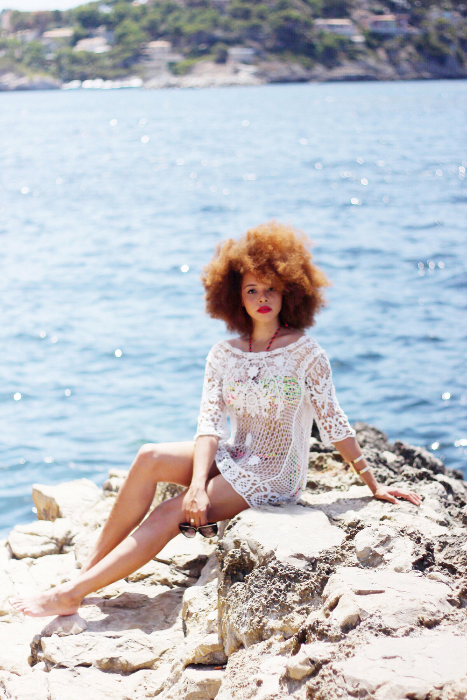 fatimayarie-afro-freckles-redcurls-bikini-girl-naturalcurls-mallorca-beach-img_2071