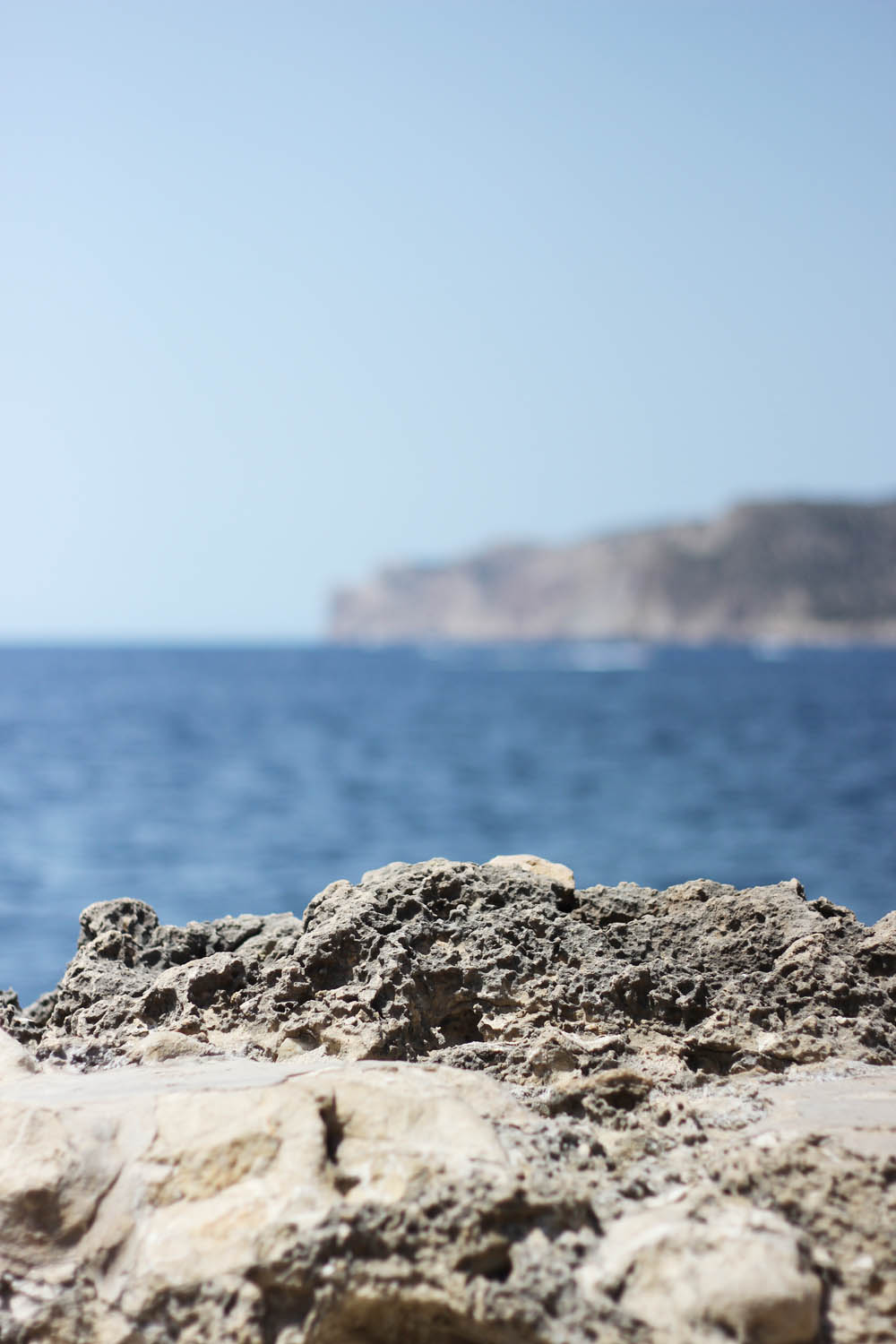 fatimayarie-mallorca-santaponsa-beach-rocks-sea-travelblog-img_0871