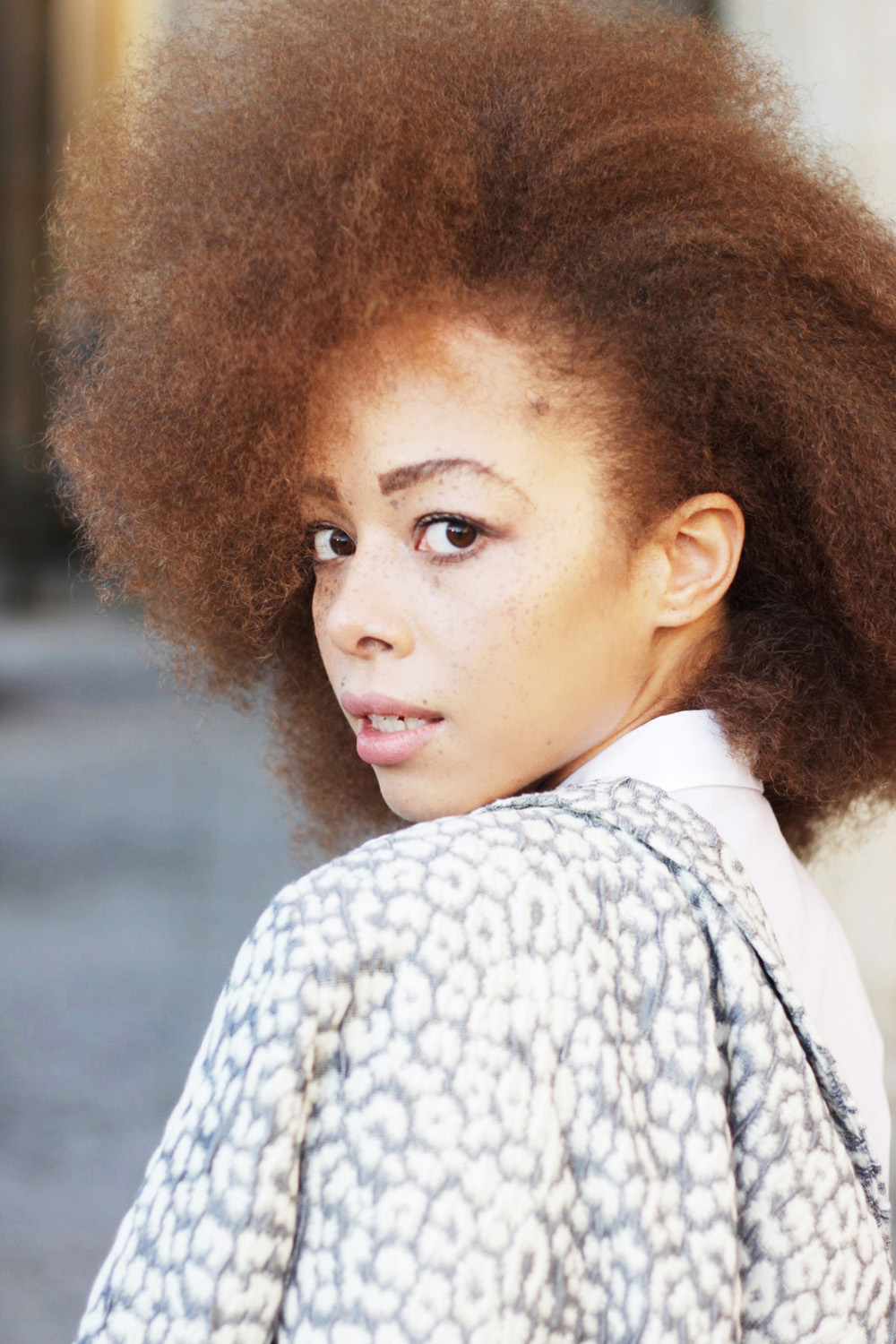 fatimayarie-afro-freckles-redcurls-naturalhair-patterned-blazer-berlinfashionweek-img_1773