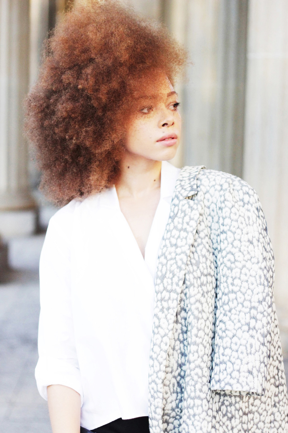 fatimayarie-afro-freckles-redcurls-naturalhair-patterned-blazer-berlinfashionweek-img_1777
