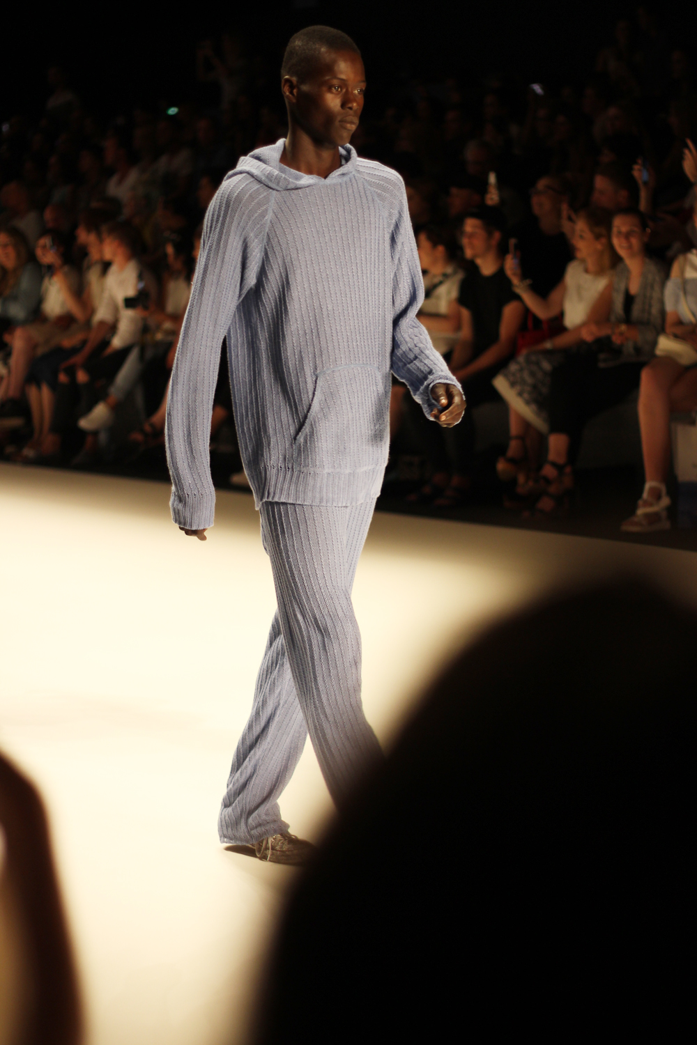 fatimayarie-berlinfashionweek-julianzigerli-menswear-runway-blue-jumper-img_4237