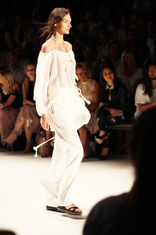 fatimayarie-berlinfashionweek-laurel-runway-carmenshoulder-white-img_3923