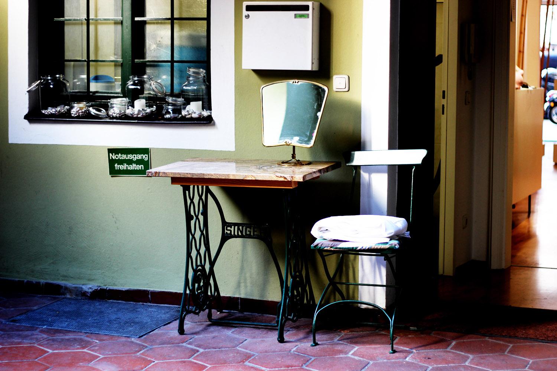 fatimayarie-patio-iammunich-art-antique-table-chair-photography-munichblogger-img_6354